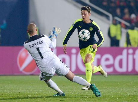 Mesut Oezil giup Arsene Wenger nhan ra sai lam - Anh 1