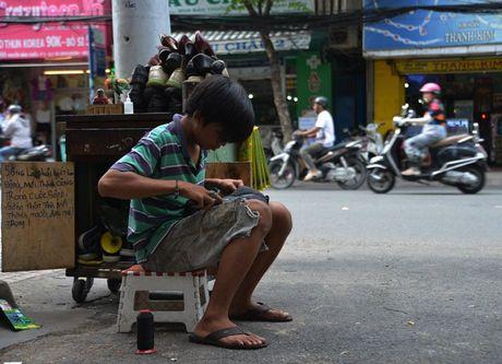 Chang trai sua giay mien phi cho nguoi ngheo o Sai Gon - Anh 11