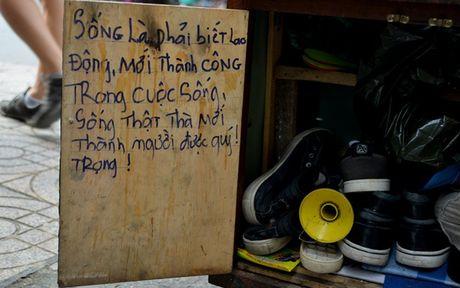 Chang trai sua giay mien phi cho nguoi ngheo o Sai Gon - Anh 2
