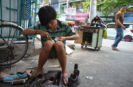 Chang trai sua giay mien phi cho nguoi ngheo o Sai Gon - Anh 3