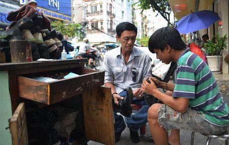 Chang trai sua giay mien phi cho nguoi ngheo o Sai Gon - Anh 6