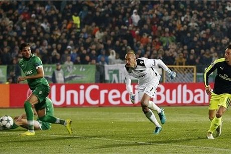 Xem Ozil lap tuyet pham solo dua Arsenal vao vong 1/8 - Anh 1