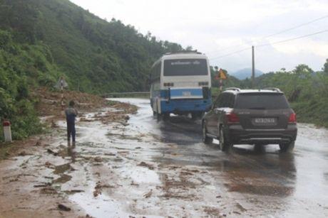 Thua Thien-Hue: Khan truong thong xe QL49 va duong HCM sau mua lu - Anh 1