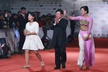 Hoa hau My Linh dien vay xe sau quyen ru tren tham do - Anh 8