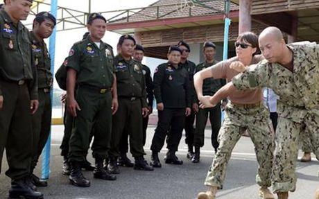Hai quan My va Campuchia dien tap tren vung bien Campuchia - Anh 1