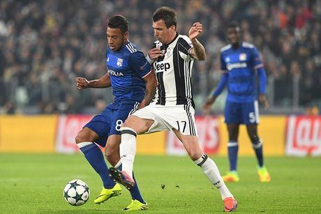Higuain no sung, Juventus van bi cam hoa tren san nha - Anh 2