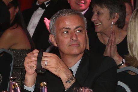 Diem tin hau truong 03/11: Mourinho vo tinh de lo hinh xam doc; Fan nu 'vo mong' khi Trong Dai la 'hoa co chu' - Anh 1