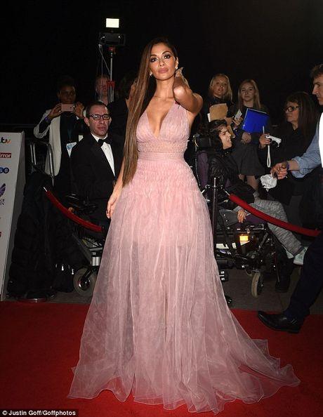 Nu giam khao X Factor Nicole Scherzinger bi nghi nang nguc - Anh 1