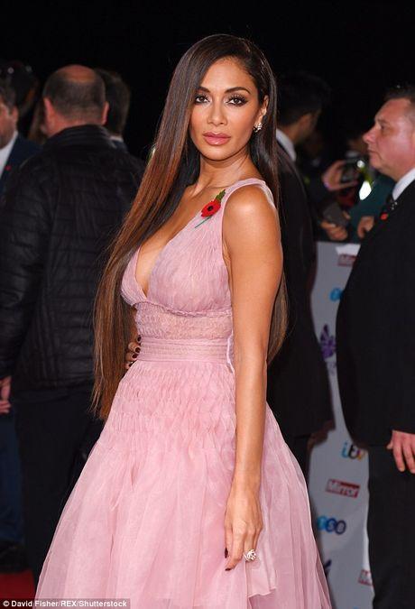 Nu giam khao X Factor Nicole Scherzinger bi nghi nang nguc - Anh 2