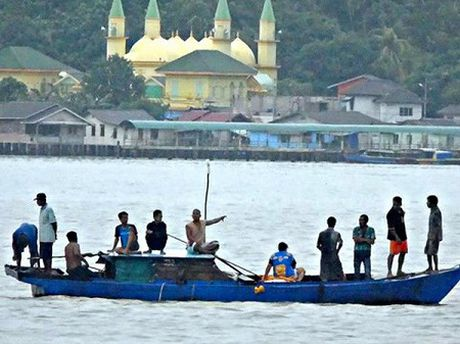 Dam tau tai Indonesia, it nhat 20 lao dong di cu thiet mang - Anh 1