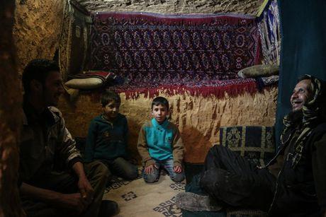 Cuoc song duoi nhung duong ham tranh bom tai Syria - Anh 1