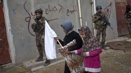 Bi nghi mac ket o Mosul, thu linh toi cao IS pha vo im lang - Anh 2