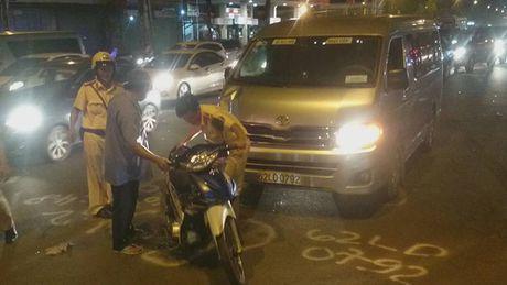 Xe may bi xe khach tong thang tren duong Truong Chinh - Anh 1