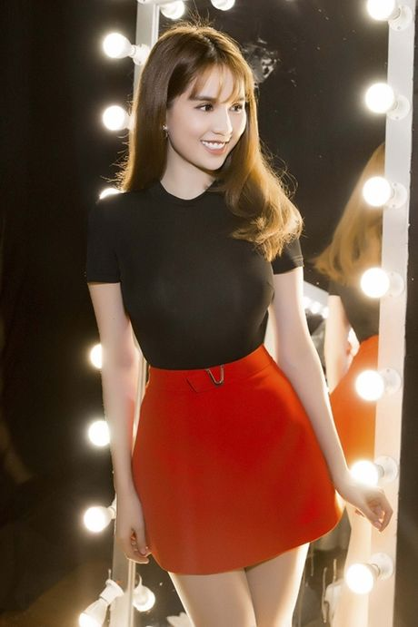 Ngoc Trinh huong dan 4 cach pose hinh 'chuan Trinh' - Anh 1