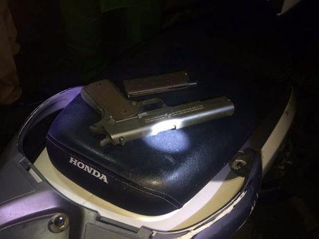 Phat hien thanh nien dieu khien xe SH mang theo sung trong cop xe - Anh 2