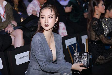 Angela Phuong Trinh lien tuc lay tay che chan vi so ho henh - Anh 1