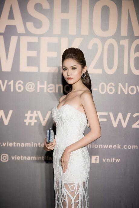 Angela Phuong Trinh lien tuc lay tay che chan vi so ho henh - Anh 4