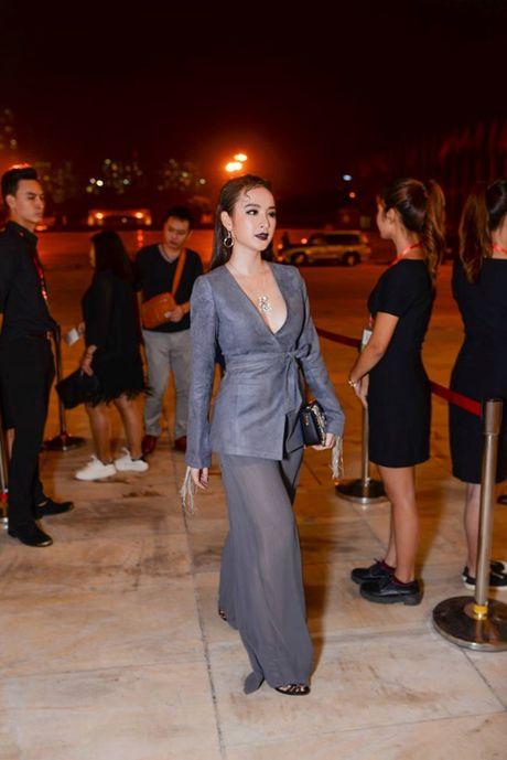 Angela Phuong Trinh lien tuc lay tay che chan vi so ho henh - Anh 7