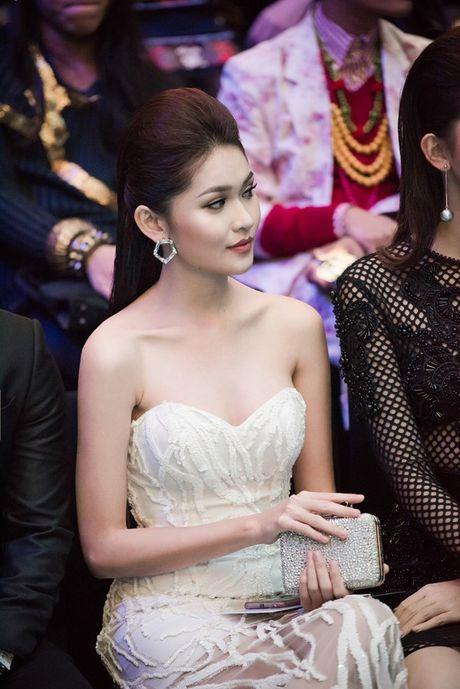 Angela Phuong Trinh lien tuc lay tay che chan vi so ho henh - Anh 8