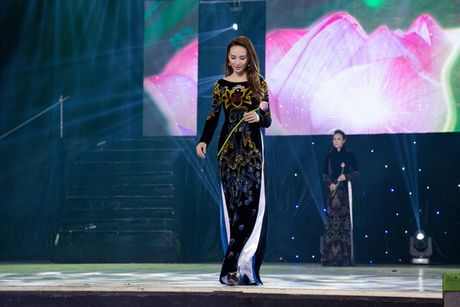 Hoa hau Ngoc Diem trinh dien ao dai mang dau an Phat giao - Anh 10