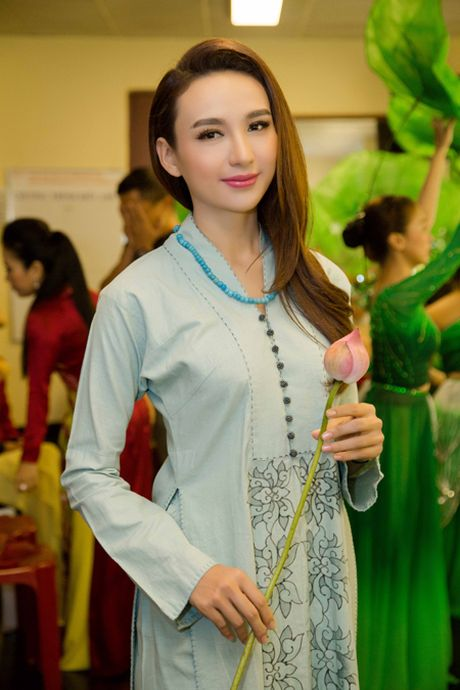 Hoa hau Ngoc Diem trinh dien ao dai mang dau an Phat giao - Anh 1