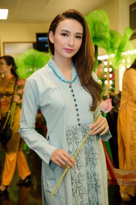 Hoa hau Ngoc Diem trinh dien ao dai mang dau an Phat giao - Anh 2