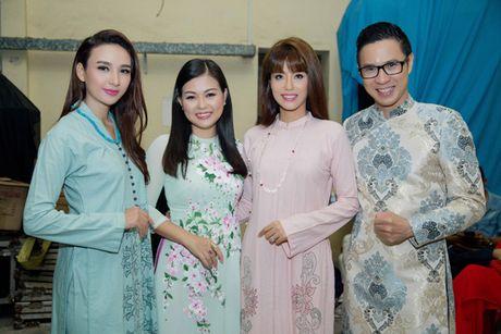Hoa hau Ngoc Diem trinh dien ao dai mang dau an Phat giao - Anh 4
