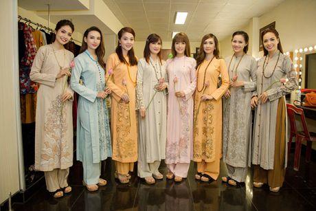 Hoa hau Ngoc Diem trinh dien ao dai mang dau an Phat giao - Anh 6