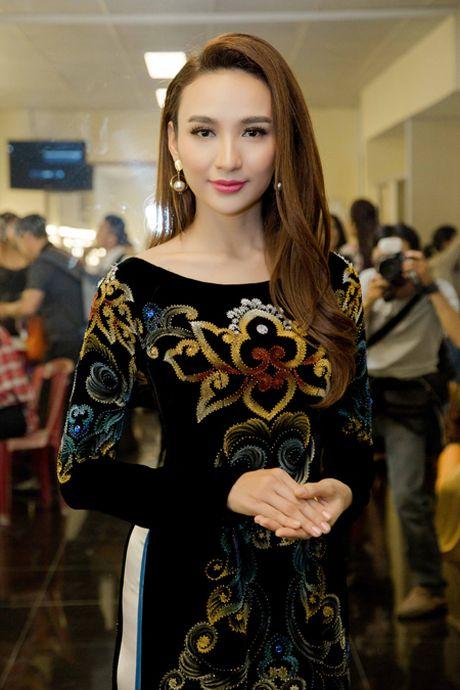 Hoa hau Ngoc Diem trinh dien ao dai mang dau an Phat giao - Anh 8
