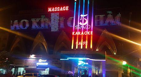 Hiem hoa khon luong tu nhung bien quang cao bang den led o quan karaoke - Anh 1