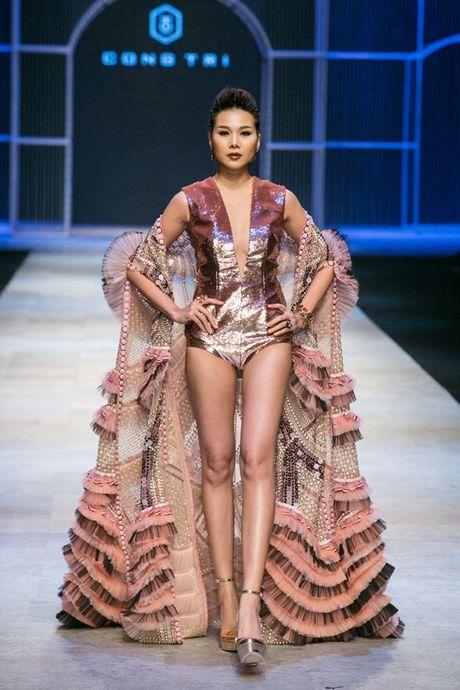 Thanh Hang om bo sen 2,1 ty dong trinh dien tren san khau - Anh 1
