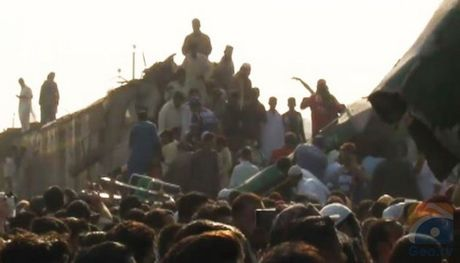 Tau hoa dung nhau o Pakistan, 17 nguoi chet - Anh 3