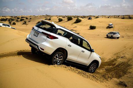 Toyota Fortuner xuat Dubai duoc trang bi dong co la - Anh 1