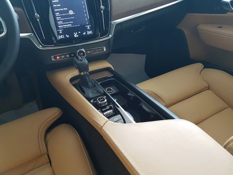 Can canh Volvo S90 gia 2,7 ti dong tai Viet Nam - Anh 9