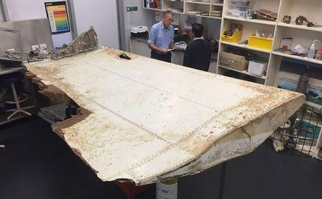 Bao cao moi: MH370 khong co nguoi lai, lao nhanh xuong bien - Anh 1