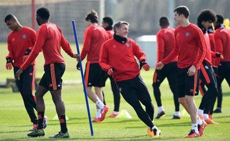 Mourinho ly giai nguyen nhan cho Schweinsteiger tap tro lai - Anh 1