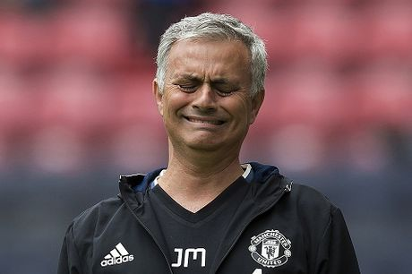 Mourinho bi cam chi dao va phat tien vi lang ma trong tai - Anh 3