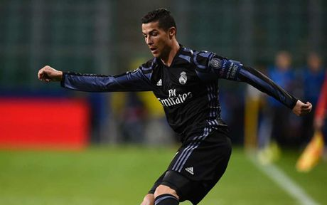 Ronaldo gop mat trong doi hinh te nhat Champions League - Anh 11