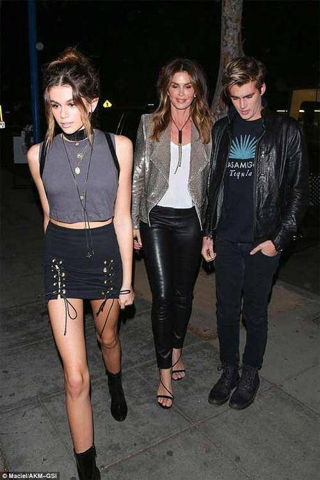 Kendall Jenner khoe nguc mini van sexy voi vay tre nai - Anh 11