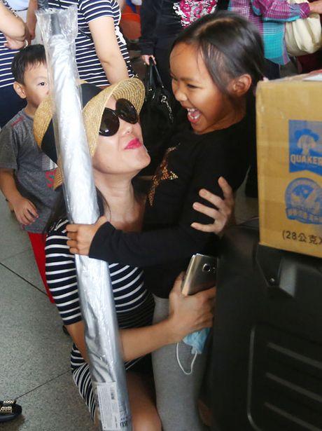 Viet Huong vo oa hanh phuc khi gap lai chong va con gai - Anh 1