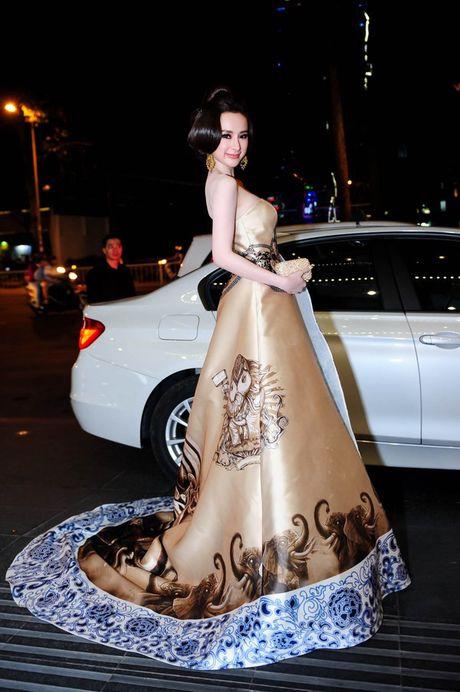 Loat dam ho bao sexy vo doi cua Angela Phuong Trinh - Anh 11