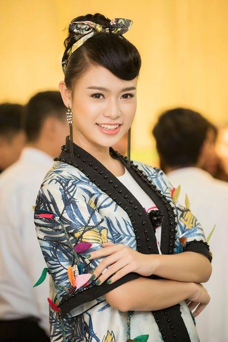 """""""Co gai vang"""" cua Hoa hau Viet nam ngoi ghe giam khao voi dan chi Tu Anh - Anh 4"""