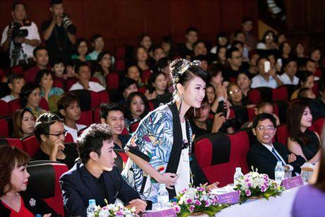 """""""Co gai vang"""" cua Hoa hau Viet nam ngoi ghe giam khao voi dan chi Tu Anh - Anh 6"""