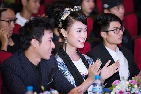 """""""Co gai vang"""" cua Hoa hau Viet nam ngoi ghe giam khao voi dan chi Tu Anh - Anh 7"""