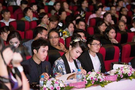 """""""Co gai vang"""" cua Hoa hau Viet nam ngoi ghe giam khao voi dan chi Tu Anh - Anh 8"""