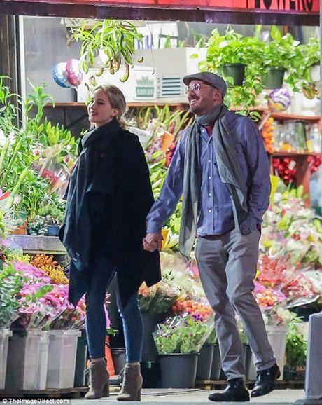 "Jennifer Lawrence quan quyt ""khoa moi"" dao dien 47 tuoi tren pho - Anh 1"