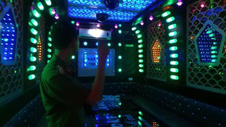 Kiem tra quan Karaoke: Binh cuu hoa hong, chuong bao chay khong keu - Anh 1