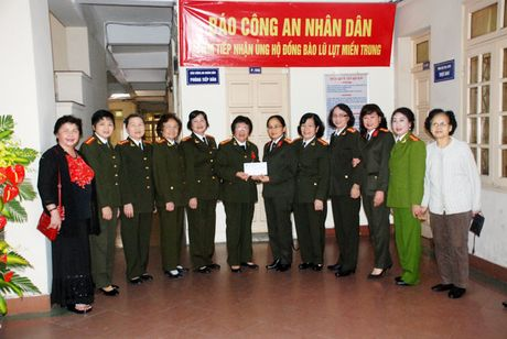 Ung ho gia dinh can bo, chien sy Cong an bi thiet hai do lu lut - Anh 1