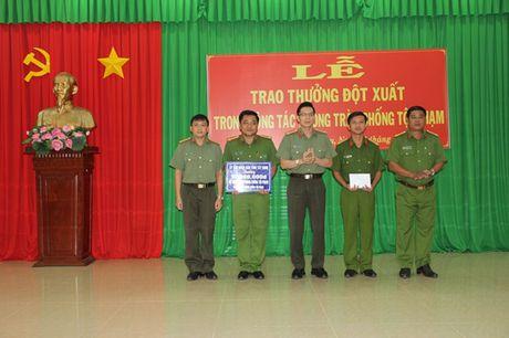 Khen thuong tap the, ca nhan pha chuyen an ma tuy thu duoc nhieu sung va ma tau - Anh 1