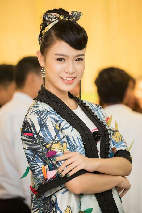 Nguoi dep truyen thong Ngoc Van lan dau ngoi 'ghe nong' - Anh 4